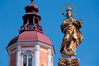 Mariensäule (1681) mit Turm der Stiftskirche, Pöllau