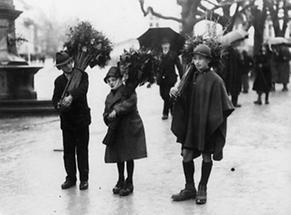Drei Kinder mit Palmbuschen