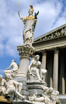 Statue der Pallas Athene vor dem Parlament