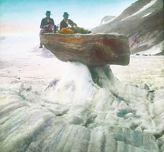 Rast auf einem Gletschertisch