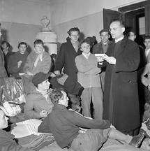 Pfarrer betet mit Ungarischen Flüchtlingen