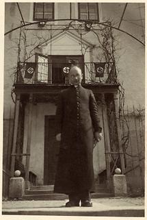 Priester vor dem hauseingang