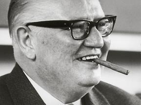 Bruno Pittermann mit Zigarre