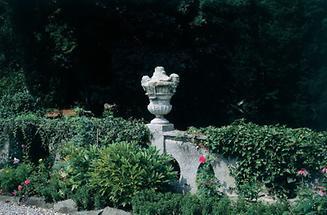 Barocke Vase im Park Pottenbrunn