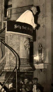 Predigt eines Priesters von der Kanzel