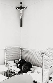Schlafende Frau im psychiatrischen Krankenhaus