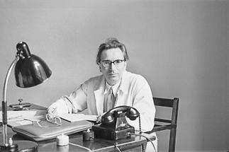 Viktor Frankl an seinem Schreibtisch um 1950