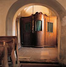 Kirche mit Beichtstuhl und Glockenstrick