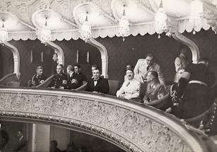 Adolf Hitler bei einer Aufführung von W. A. Mozart