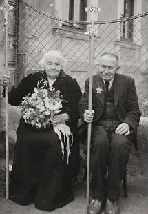 Ehepaar an seinem 50. Hochzeitstag