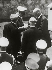 Überreichung der Bruckner Medaille an Adolf Hitler