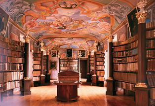 Klosterbibliothek mit Fresken
