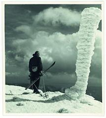 Skifahrer in Betrachtung der Landschaft
