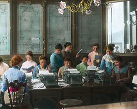 Sekretärinnen in einem Schreibmaschinensaal