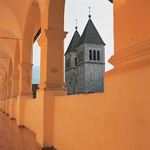 Neoromanische Doppelturmfassade