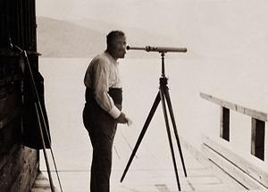 Gustav Klimt mit Fernrohr am Attersee