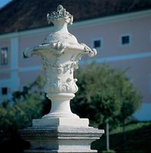 Barocke Gartenvase vor Stift Seitenstetten