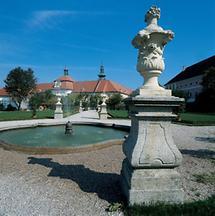 Zierbecken in der Gartenanlage von Stift Seitenstetten