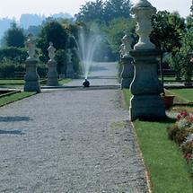 Springbrunnen und Vasen im Park von Stift Seitenstetten