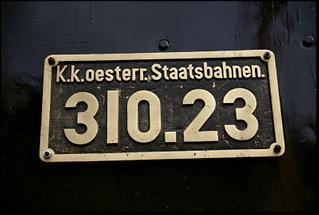 Semmeringbahn: Tafel auf der historischen Dampflokomotive 310