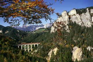 Semmeringbahn: Das Viadukt über die Kalte Rinne im Herbst.