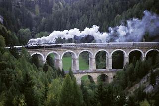 Semmeringbahn: Ein historischer Zug fährt über das Viadukt über die Kalte Rinne
