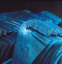 Blaue Sensen aus Eisen