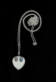Silberne Halskette mit herzförmigem Anhänger