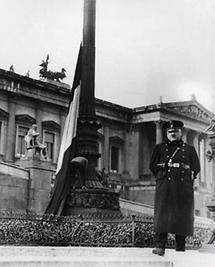 Ein Schutzmann steht vor dem österreichischen Parlament in Wien