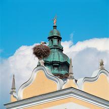 Turmkuppel mit Laterne und einem Storchennest davor