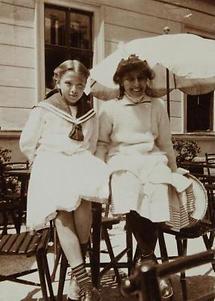 Zwei etwa 12jährige Mädchen auf der Terrasse