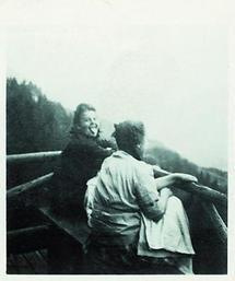 Zwei Frauen auf einer Bank in den  Bergen
