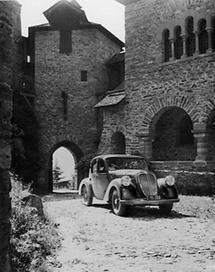 Parkendes Auto im Burghof