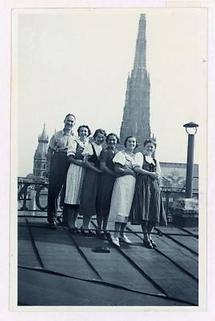 Gruppe auf einem Hausdach in Wien