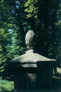 Zierelement im Schlossgarten Stetteldorf