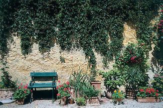 Sitzbank im Garten von Schloss Wiedendorf