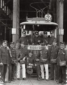 Straßenbahnangestellte vor der Remise