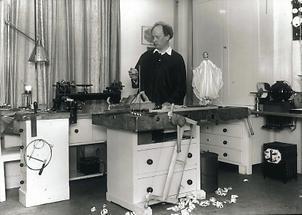 Richard Teschner in seiner Werkstatt