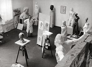 Josef Thorak in seinem Atelier