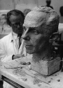 Josef Thorak modelliert ein Bildnis von Josef Goebbels