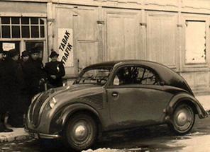 VW-Käfer vor einer Trafik