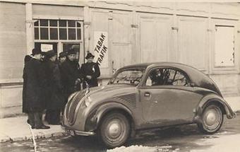 Ein Volkswagen vor einer Tabak Trafik