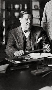 Josef Urban am Schreibtisch