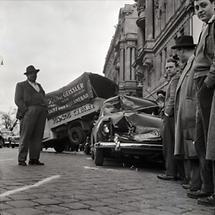 Schaulustige bei einem Autounfall in Wien