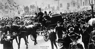 Der Trauerzug mit dem Leichenwagen Theodor Herzls