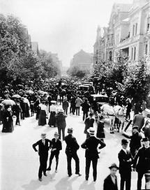 Zuschauer vor dem Wohnhaus Herzls