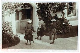 Drei Damen mit Trachtenhüten