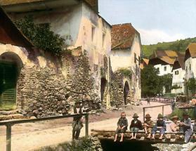 Kinder sitzen auf einer Brücke in der Bachgasse