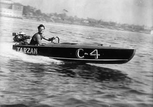 Tarzan im Rennboot