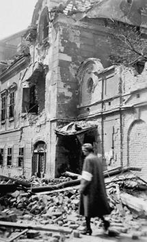 Frau vor einem zerstörten Wiener Palais